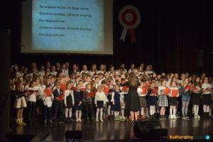Wspólne śpiewanie polskich pieśni patriotycznych w Oświęcimskim Centrum Kultury